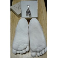 Stříbrný osobní šperk z 3D odlitku nožiček sourozenců se sádrovými odlitky