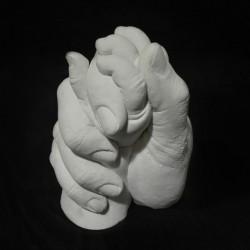 sádrový 3D odlitek semknutých rukou matky a miminka