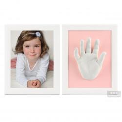 dva bílé rámečky s fotografií, 3D odlitky nožiček a růžovou paspartou