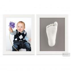 dva bílé rámečky s fotografií, 3D odlitky nožiček a šedou paspartou