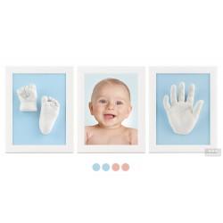 tři bílé rámečky s odlitkem ručičky a nožiček a fotografií - modré pasparty