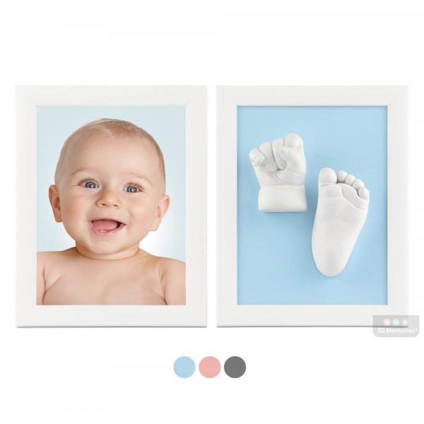 dva bílé rámečky s fotografií, 3D odlitky nožiček a modrou paspartou