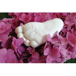 sádrový odlitek nožičky v květinách