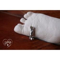 Stříbrný osobní šperk z 3D odlitku nožičky se sádrovým odlitkem