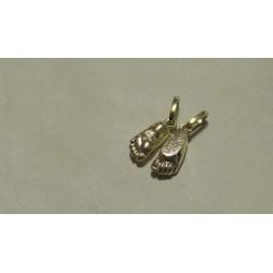 Zlatý osobní šperk z 3D odlitku nožiček sourozenců s vyrytým jménem