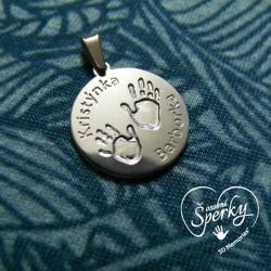 stříbrné kolečko se dvěma otisky ručiček a vyrytými jmény