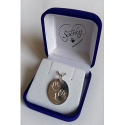 stříbrný osobní šperk - oválek se dvěma otisky ručiček sourozenců
