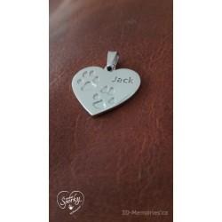 stříbrný šperk s otiskem tlapiček a vyrytým jménem