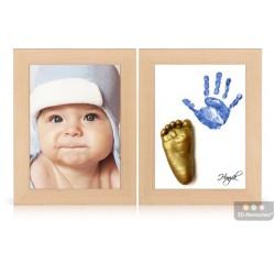 dva dřevěné olšové rámečky s fotografií, zlatým 3D odlitkem nožičky a modrým otiskem nožičky