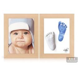 dva dřevěné olšové rámečky s fotografií, 3D odlitkem a modrým otiskem nožiček